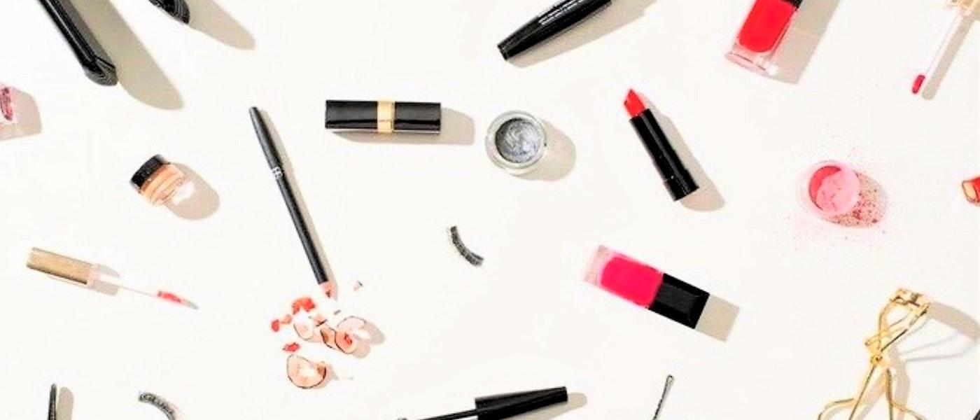 Faça uma Maquiagem Simples com 10 Produtos que não Podem Faltar na Necessaire