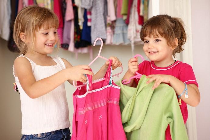 Para Roupas com Alça, Prefira Cabides Infantis com Presilhas, Cavas ou Ganchos